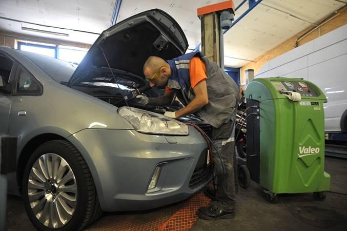 Doplnění klimatizace do auta